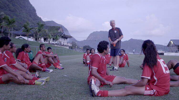 前美屬薩摩亞國家隊教練 Thomas Rongen 在 2014 年紀錄片《Next Goal Wins》中與他的隊員們。