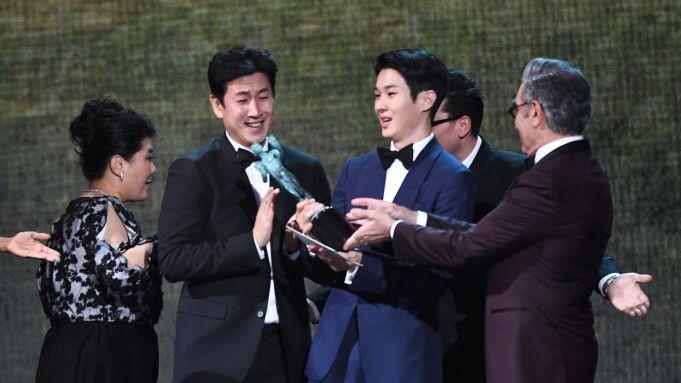 奉俊昊《寄生上流》的演員們獲獎後非常開心。