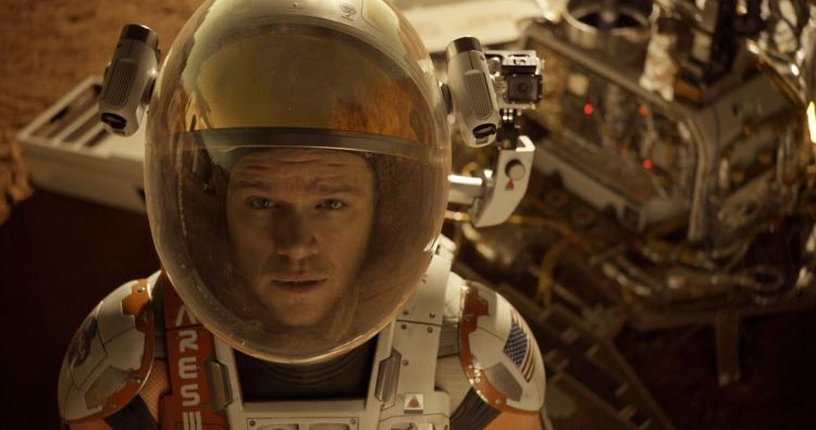 麥特戴蒙主演、雷利史考特執導的電影《絕地救援》正是改編自安迪威爾的科幻小說《火星任務》。