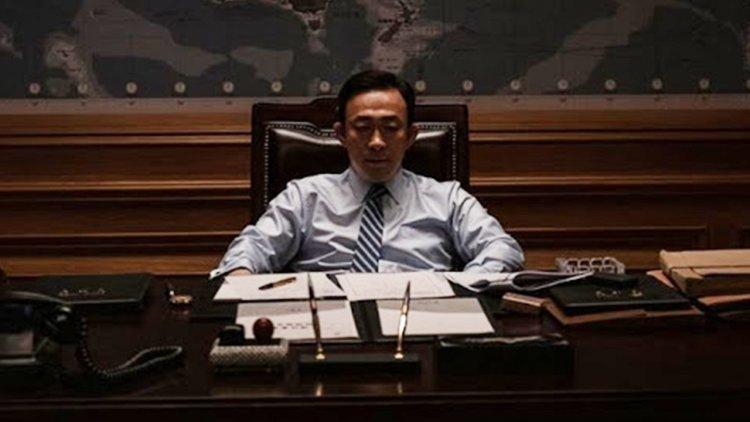 真實事件改編的韓國政治電影《南山的部長們》,朴總統是由李星民所飾演。