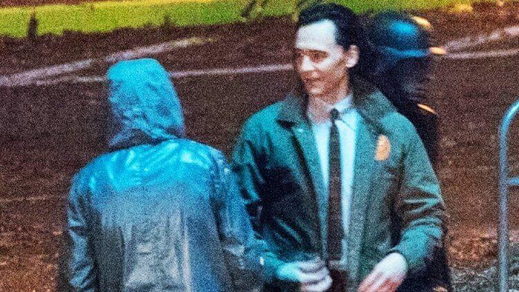 《洛基》影集流出片場照,可見湯姆希德斯頓以及神秘雨衣男子。