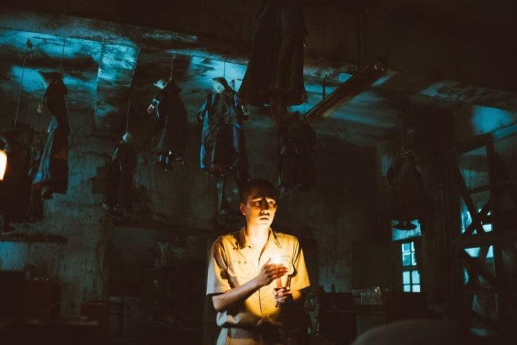 改編自赤燭工作室白色恐怖時代背景解謎遊戲的台片《返校》劇照。