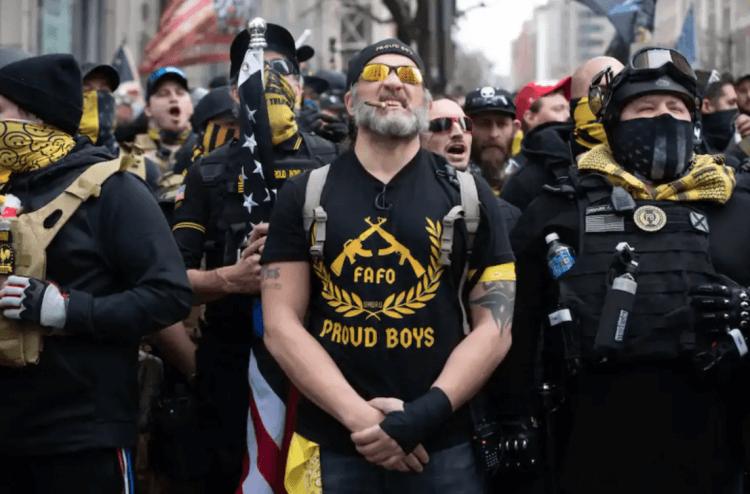 美國極右翼團體「驕傲男孩」於街上抗議示威。