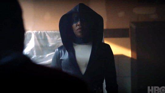 奧斯卡得獎女星蕾吉娜金恩 (Regina King) 飾演安潔拉艾巴爾 (Angela Abar)