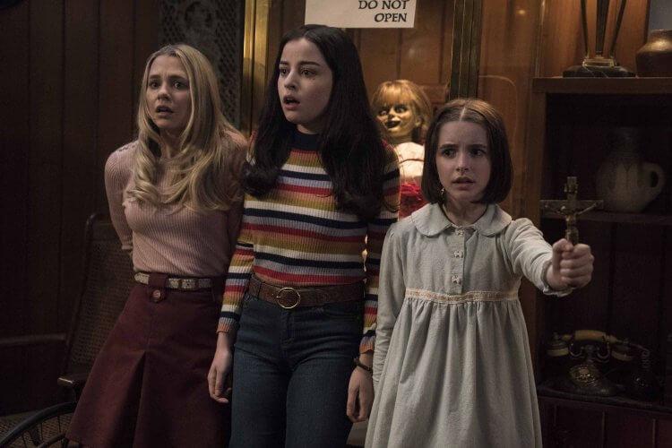 《安娜貝爾回家囉》中的三位演員:麥肯娜葛瑞絲、麥蒂森艾斯曼與凱蒂薩里費。