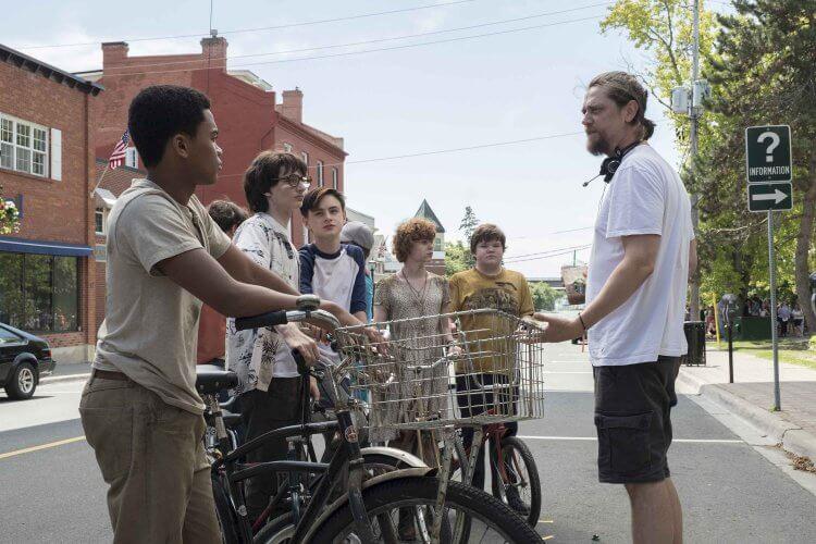 蘇菲亞莉莉絲、傑登里柏赫等小演員們與導演安迪馬希提拍攝《牠:第二章》的片場側拍照。