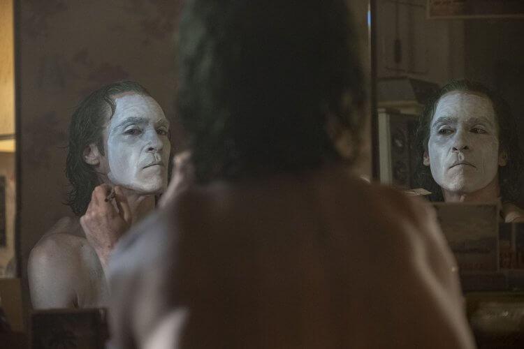 為戲減重 24 公斤,瓦昆菲尼克斯 (Joaquin Phoenix) 為了演出《小丑》電影能達到導演的期待,非常敬業且盡心。