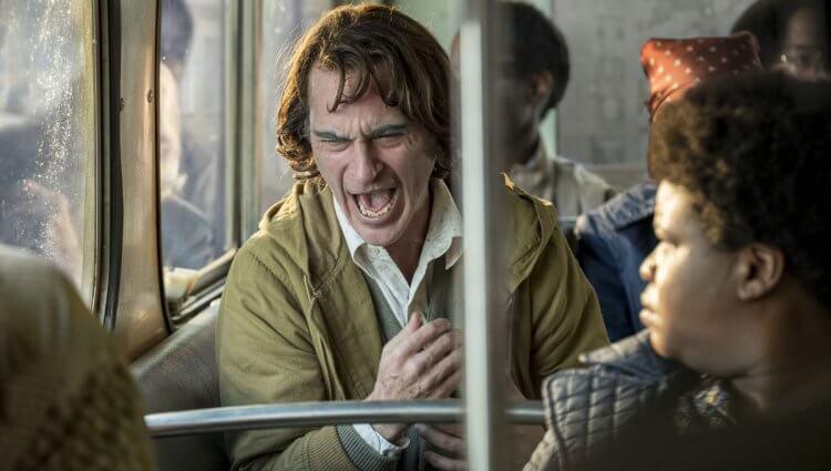 瓦昆菲尼克斯在《小丑》電影中,飾演住在高譚市的亞瑟佛列克,他有著充滿現實與殘酷的背景故事。