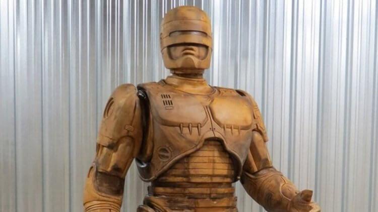 用來鑄造機器戰警雕像的模型。