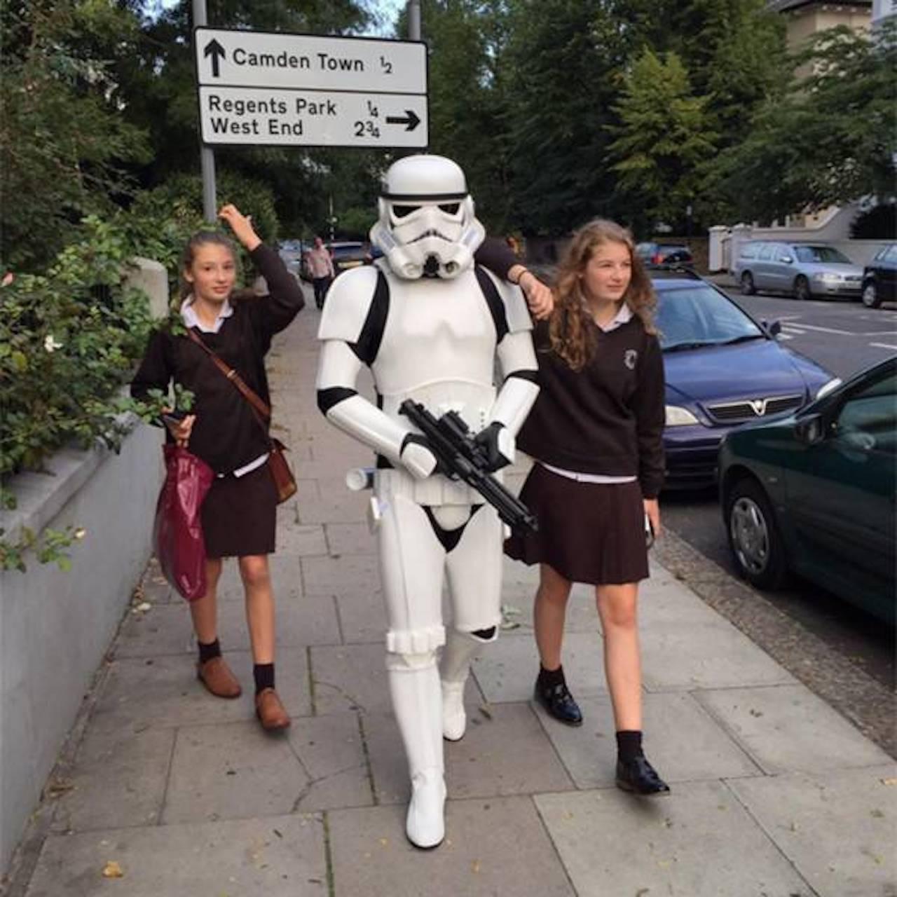 英國名廚傑米奧利佛化身帝國風暴兵陪女兒們上學去。