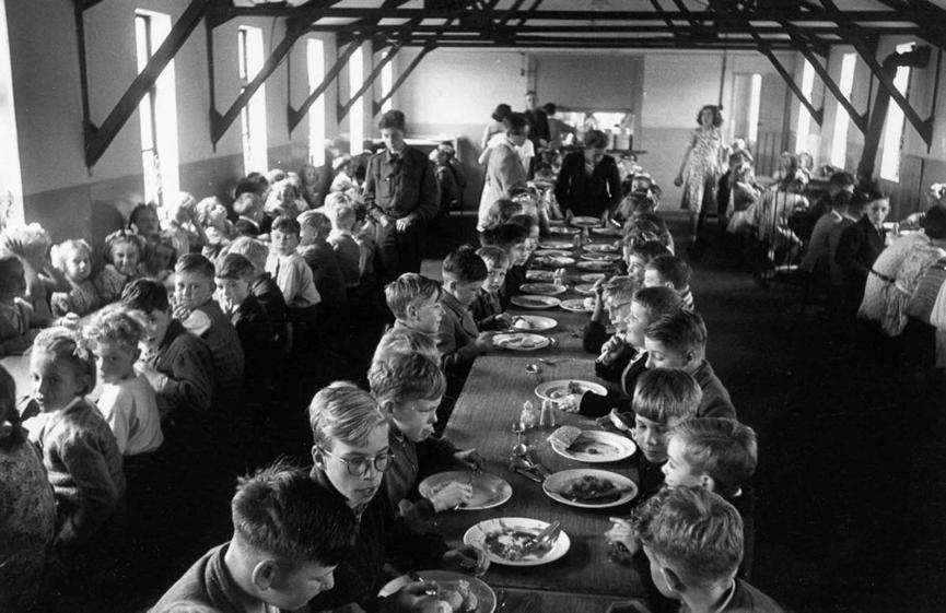 二戰 後,在 嬰兒潮 期間誕生的新生命們:英國小學午間用餐狀況