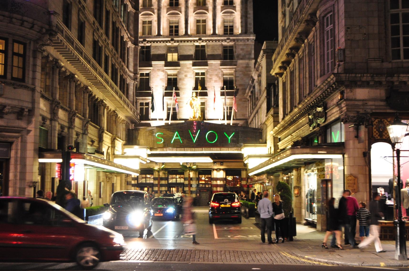 《 瘋狂亞洲富豪 》電影開頭主角一家人入住的飯店 薩伏伊飯店 。