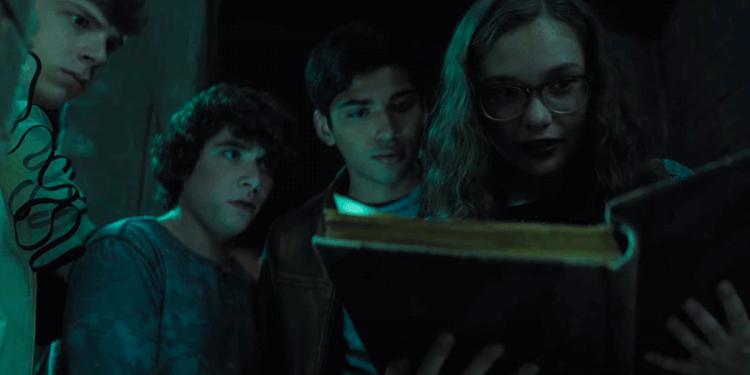 《在黑暗中說的鬼故事》主角們發現一本禁忌之書,也打開了潘朵拉的盒子。