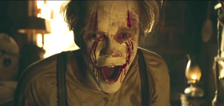 《牠:第二章》裡出現小丑潘尼懷斯還是人類的模樣。