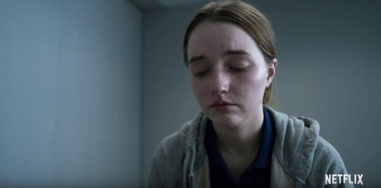 Netflix 影集《難,置信》劇照,改編自懷疑少女謊報遭受不堪侵犯的真實案件,剖析社會黑暗的一面。