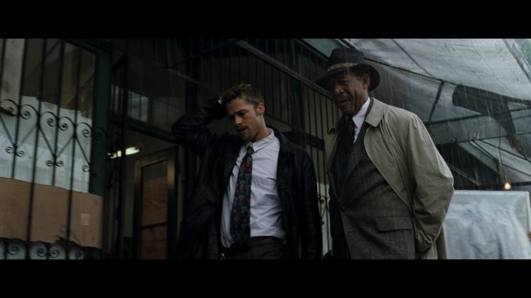 《火線追緝令》整部電影的色調非常幽暗與陰沉。
