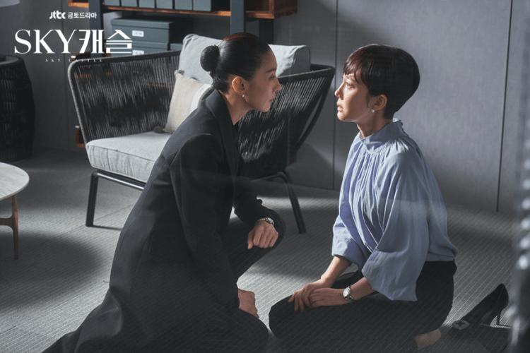 韓劇《SKY Castle》演出為了孩子找了最好的老師,家長甚至下跪的畫面,誇張卻也寫實