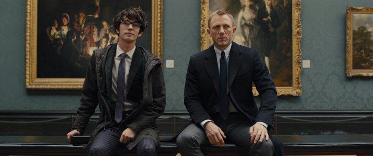 《007:空降危機》中,由班維蕭 (Ben Whishaw) 飾演 Q,007 的武器專家夥伴。