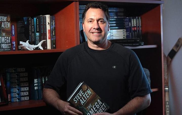 小說《 深海侏羅紀 》作者 : 史提夫艾爾頓 。