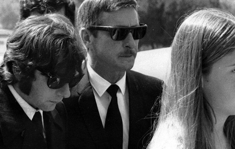 莎朗蒂與當日在場的親友被殘酷殺害,日後出席喪禮的人們面色凝重。