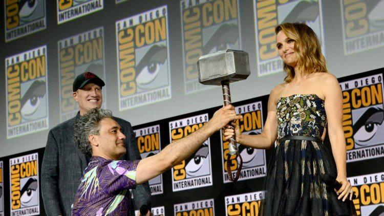 娜塔莉波曼 (Natalie Portman) 舉起雷神之槌,成為女雷神!