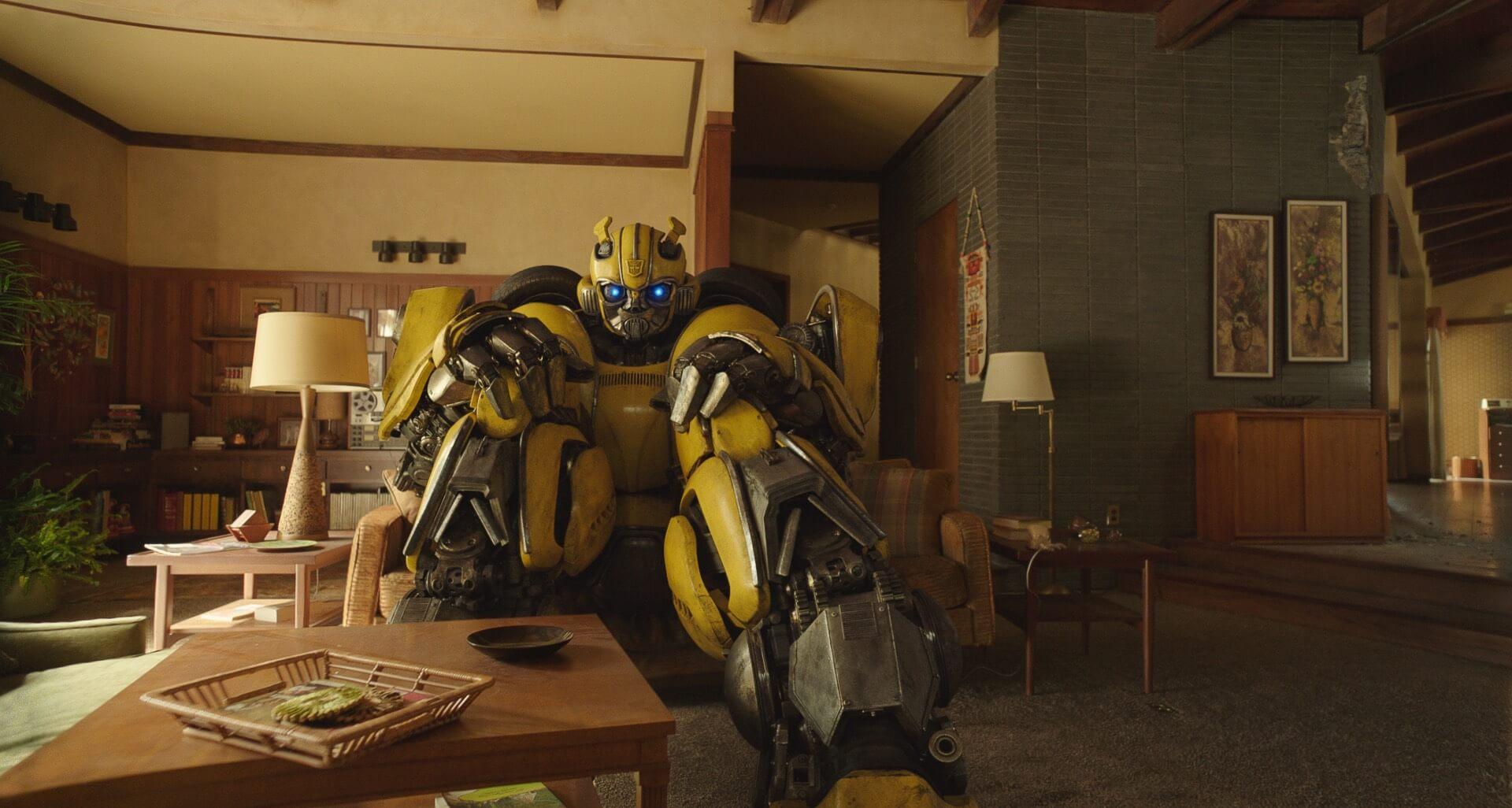 為躲避「江西男」的追捕,查莉將大黃蜂藏在自家,並成為情感深厚的夥伴。