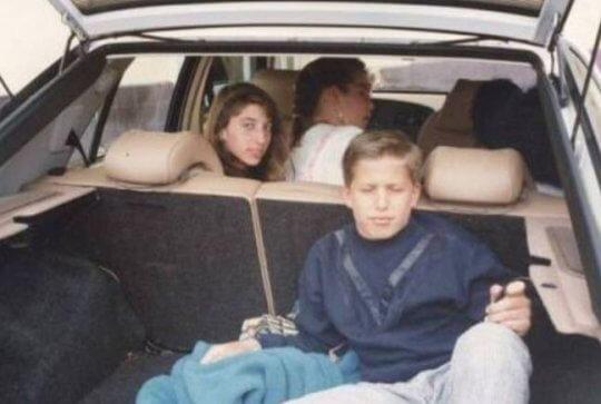 現實生活中的演員安迪山伯格與雀兒喜柏瑞蒂 (Chelsea Peretti)真的從小一起長大