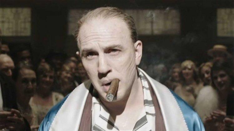 《疤面煞星》、《鐵面無私》裡惡名昭彰的黑幫老大艾爾卡彭!「硬漢」湯姆哈迪主演傳記電影《Capone》預告公開首圖