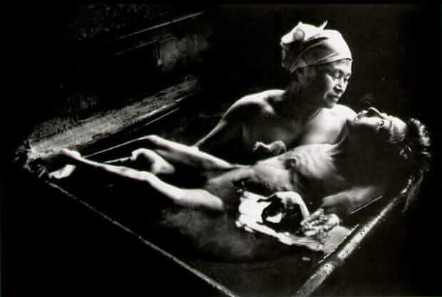 尤金.史密斯著名作品《智子入浴》(Tomoko Uemura in Her Bath, 1971)