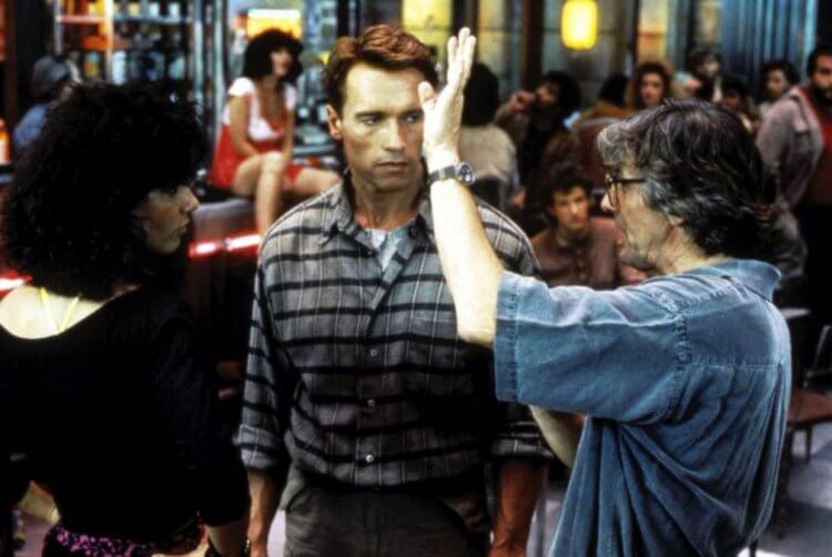 《魔鬼總動員》製作歷經波折,才由《機器戰警》保羅范赫文執導,最後於 1990 年 6 月 1 日上映。