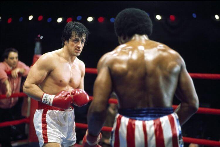 席維斯史特龍 (Sylvester Stallone) 在自己編劇並主演的 1976 年電影《洛基》(Rocky) 中,飾演拳擊手洛基。