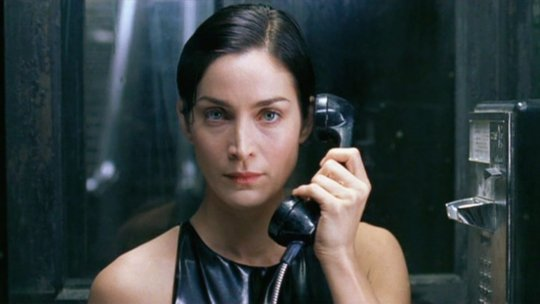 《駭客任務》(The Matrix) 飾演崔妮蒂 (Trinity) 的凱莉安摩絲 (Carrie-Anne Moss)