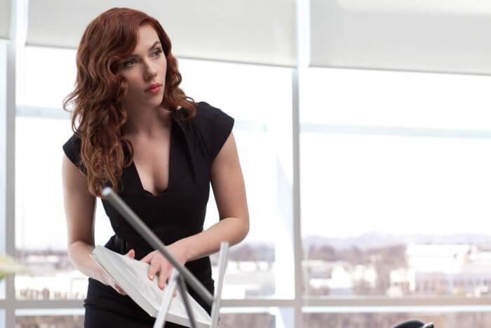 2010 年《鋼鐵人 2》劇照,這位性感的新助理其實是女特工娜塔莎「黑寡婦」。