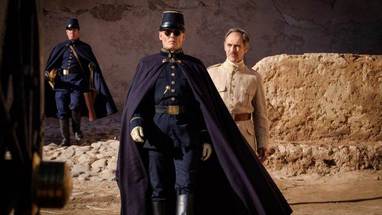 強尼戴普在《等待野蠻人(暫)》片中飾演「陸軍上校」Joll。
