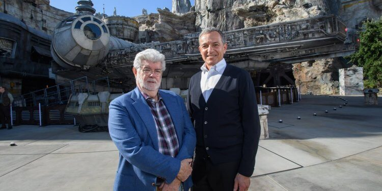 《STAR WARS》星際大戰系列原創者喬治盧卡斯稍早出席了迪士尼樂園星戰主題區的開幕儀式,卻缺席《星際大戰:天行者的崛起》電影首映會。