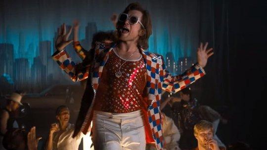 泰隆艾格頓 (Taron Egerton) 在《火箭人》(Rocketman) 詮釋「強叔」艾爾頓強 (Elton John)