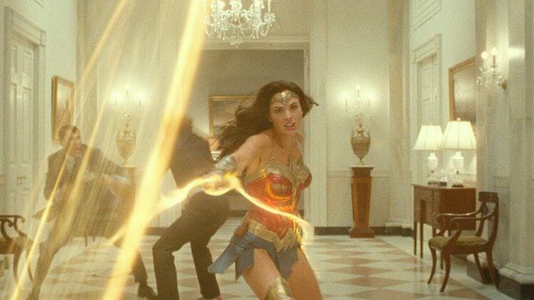 在《神力女超人 1984》(Wonder Woman 1984) 首支預告中,不見黛安娜使用更具攻擊性的武器打鬥。