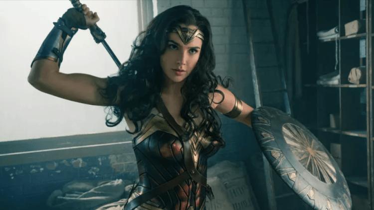 神力女超人在首集中使用劍與盾與反派「阿瑞斯」對抗。
