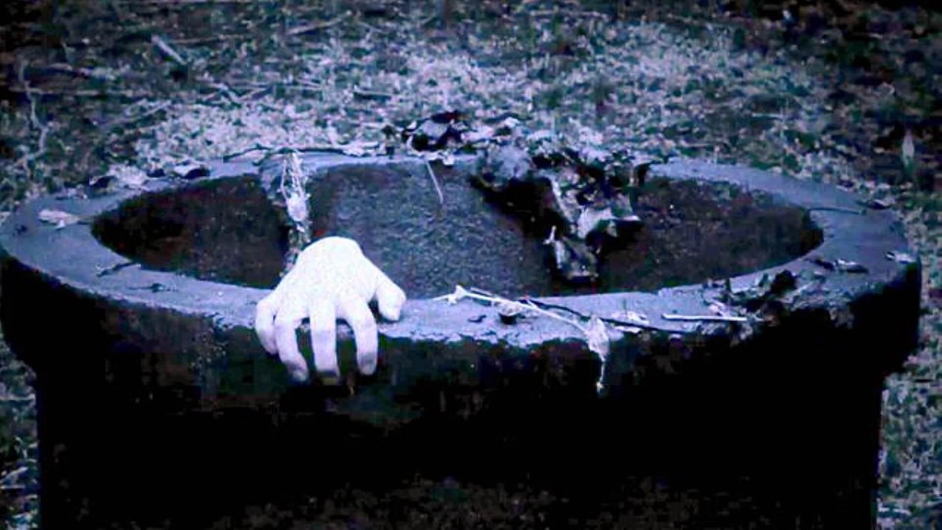 日本電影《咒怨》中,女鬼貞子從井裡爬出的畫面堪稱恐怖經典。
