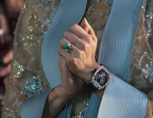 《 瘋狂亞洲富豪 》 艾蓮 戴著的綠寶石婚戒。